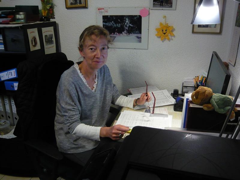Margit Hager am Schreibtisch