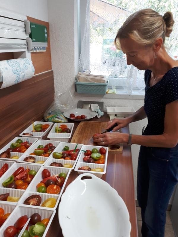 Vorbereitung der Tomatenverkostung durch Margit Hager
