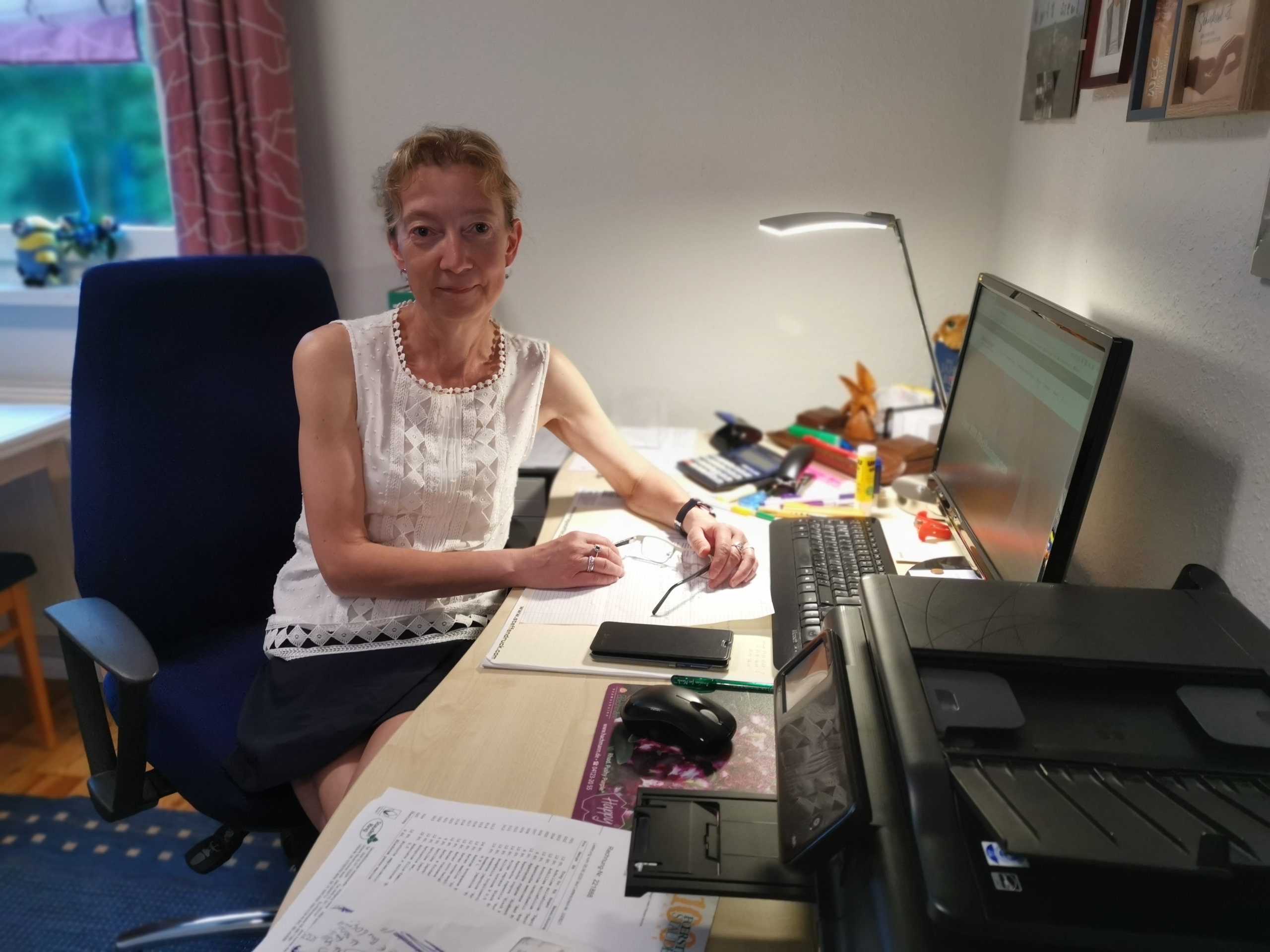 Margit Hager im Büro Neubrandenburg